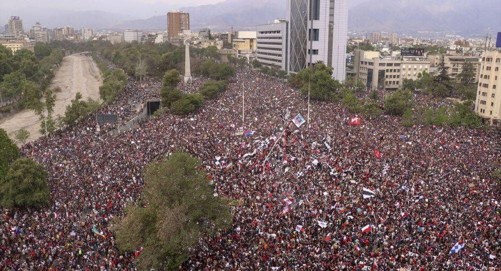 Şili'de metro ücretine yapılan zam ile başlayan ve geçen hafta şiddet olaylarına dönüşen gösteriler 7. gününde devam ediyor