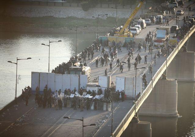 Irak'ta hükümet karşıtı gösteriler sürüyor: Yüzerek Yeşil Bölge'ye girmeye çalıştılar