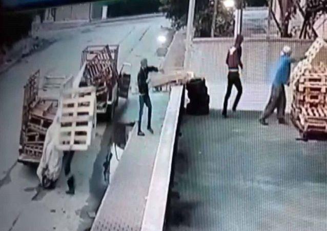 Konya'da fabrikanın dışında bulunan, 2 bin lira değerindeki tahta paletlerden yaklaşık 100'ünü çalan 4 kişi, gözaltına alındı.