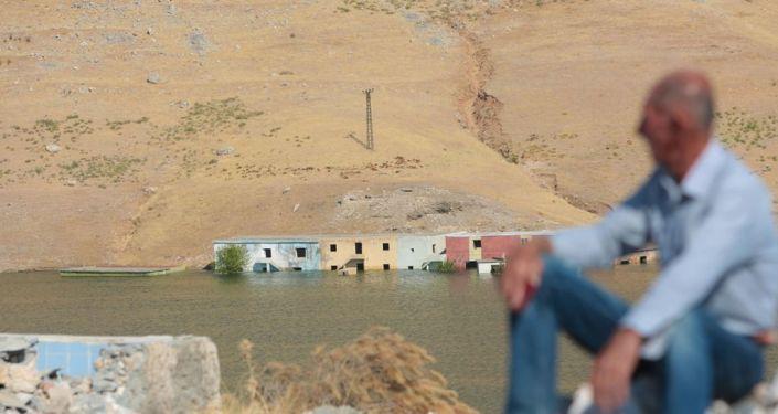 Batman, Mardin ve Siirt'te şuan onlarca köy sular altında kalırken, köylüler il merkezi yada ilçe merkezlerine göç etmek zorunda kaldı. Doğduğu toprakları terk etmek istemeyen bazı köylüler ise farklı bir çözüm arayışı peşinde.