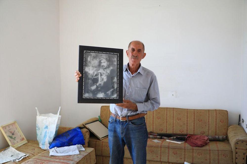 """Bunlardan biri Mardin'in Dargeçit İlçesi'ne bağlı Çelik Köyü sakinlerinden 65 yaşındaki Mehmet Selim Acar. Sputnik Türkiye'ye konuşan Acar, """"Emekli olduktan sonra dedelerimin topraklarına geri döndüm"""" diyor. Baraj sularının yükselmesi ile birlikte köy su altında kaldı ancak Acar yine köyü terk etmedi."""