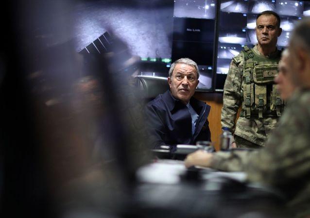 Milli Savunma Bakanı Akar, Genelkurmay Başkanı Güler ve Kara Kuvvetleri Komutanı Dündar'la Suriye sınırının sıfır noktasındaki birlikleri denetledi.