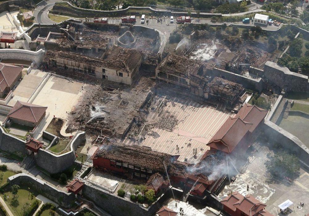 Bölgede bulunan Naha İtfaiye Departmanı, saat 02.40'ta ulaştığı belirtilen acil yangın çağrısı ile yangına müdahale etti.