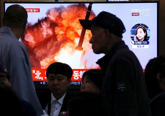 Kuzey Kore'nin Japon Denizi üzerinde balistik füze denemesi olduğu sanılan iki cisim fırlatmasıyla ilgili TV haberlerini takip eden Güney Koreliler