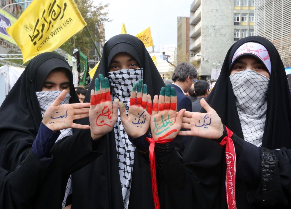 Ayetullah Humeyni'nin Casusluk yuvası ilan ettiği ABD'nin Tahran Büyükelçiliği, İran devriminden 9 ay sonra 4 Kasım 1979'da, kendilerine İmam'ın Çizgisindeki Öğrenciler adını veren ve sayıları binlerle ifade edilen silahlı gruplar tarafından işgal edilmişti.