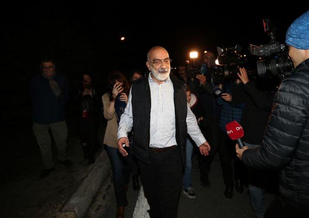 Jandarma eşliğinde Karbey Sosyal Tesisleri'ne getirilen Ahmet Altan'ı burada kardeşi Mehmet Altan, yakınları ve gazeteci Hasan Cemal karşıladı.