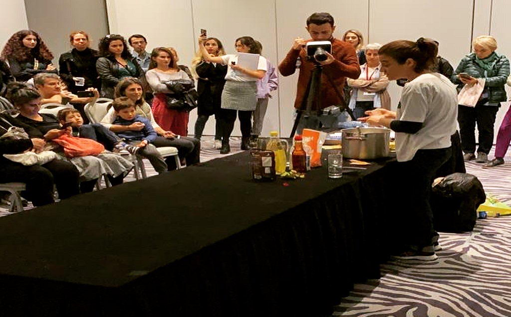 Basit Vegan Platformu'nun kurucusu gazeteci Şebnem Turhan da etkinlik kapsamında düzenlediği mutfak atölyesinde vegan muffin yaptı.