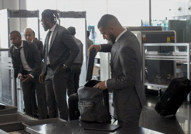 UEFA Şampiyonlar Ligi A Grubu 4. hafta maçında yarın deplasmanda İspanya'nın Real Madrid takımıyla karşılaşacak Galatasaray, Türk Hava Yollarına ait özel uçakla başkent Madrid'e gitti. Kafilede Younes Belhanda da (sağda) yer aldı.