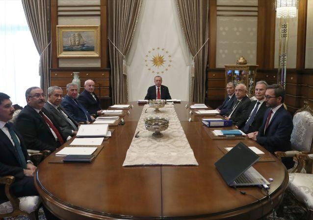 Türkiye Cumhurbaşkanı Recep Tayyip Erdoğan, gerçekleştirilen Yüksek İstişare Kurulu Toplantısı'na katıldı. Toplantıya, kurul üyeleri Bülent Arınç (sol 3), İsmail Kahraman (sol 5), Cemil Çiçek (sağ 3), Köksal Toptan (sol 4), Mehmet Ali Şahin (sağ 2), Yıldırım Akbulut (sağ 4) ile İletişim Başkanı Fahrettin Altun (sağda) da katıldı.