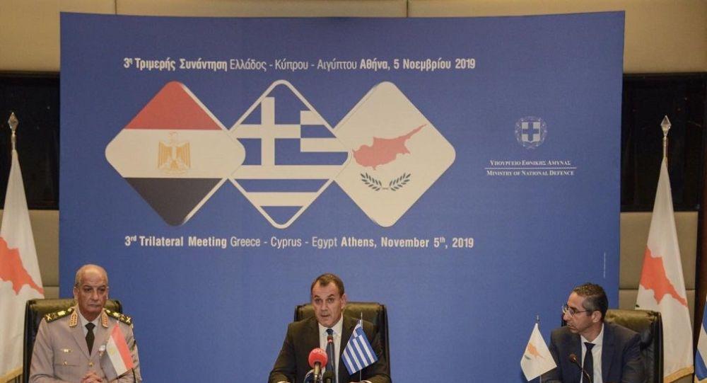 Yunanistan Savunma Bakanı Nikolaos Panagiotopoulos, Mısır Savunma Bakanı Muhammed Ahmet Zeki, Kıbrıs Savunma Bakanı Savvas Angelidis