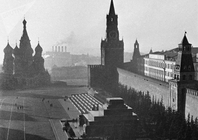 Kızıl Meydan ve Kremlin. 1941 yılı.