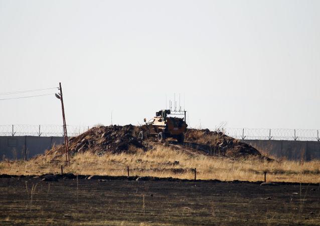 Rus askeri araçların bölgeye gelmesi ile Türk askeri araçlar Suriye sınırından içeri girdi. Suriye sınırı boyunca bulunan duvarlardan beton bir blokun kaldırılması ile Türk askeri araçlar sınırın diğer tarafında geçti. Yapılan görüşmelerin ardından devriye başladı.