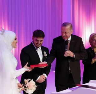 Türkiye Cumhurbaşkanı Recep Tayyip Erdoğan ve eşi Emine Erdoğan, AK Parti Genel Başkan Yardımcısı Mahir Ünal'ın kızı Elif Sena ile Ali Yavuz'un nikah törenine katıldı. Cumhurbaşkanı Erdoğan evlilik cüzdanını geline verdi.