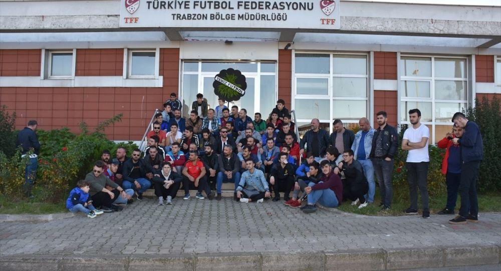 Trabzonsporlu taraftarlar, Süper Lig 2019-2020 Cemil Usta Sezonu'nda, Trabzonspor'un maçlarında hakem hataları yapıldığı gerekçesiyle TFF Trabzon Bölge Müdürlüğü önünde toplandı.
