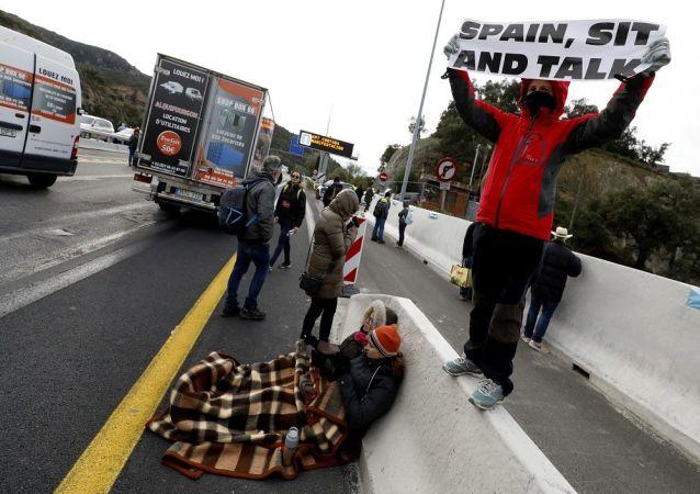 Bağımsız Katalonya bayrakları taşıyan ve eylemlerini barışçıl sivil itaatsizlik olarak tanımlayan grubun eylemi nedeniyle kilometrelerce araç kuyruğu oluştu.