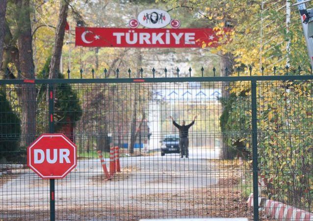 Türkiye'nin Suriye'de yürütülen Barış Pınarı Harekatı'nda yakalayarak dün Edirne Pazarkule Sınır Kapısı'ndan sınır dışı ettiği ancak Yunanistan'ın kabul etmediği IŞİD'li Muhammad Darwis B., iki ülke arasındaki tampon bölgede bekleyişini sürdürüyor.