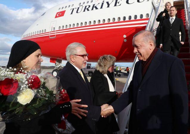 Türkiye Cumhurbaşkanı Recep Tayyip Erdoğan, ABD Başkanı Donald Trump'ın daveti üzerine çalışma ziyareti gerçekleştirmek için özel uçak TC-TRK ile ABD'nin başkenti Washington'a geldi. Cumhurbaşkanı Erdoğan'ı, Andrews Hava Üssü'nde Türkiye'nin Washington Büyükelçisi Serdar Kılıç (sol 2), Türkiye'nin Birleşmiş Milletler Daimi Temsilcisi Feridun Sinirlioğlu, Amerika Birleşik Devletleri Protokol Genel Müdürü Cam Henderson ve diğer yetkililer karşıladı.