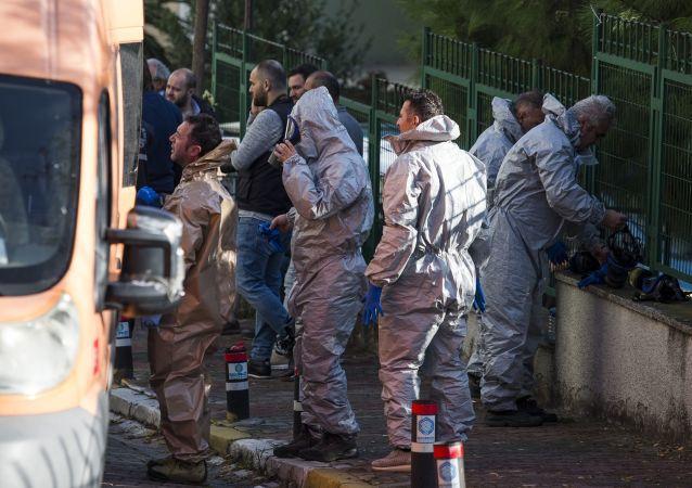 Bakırköy Osmaniye'de bir dairede ölü bulunan 1'i çocuk 3 kişinin cesetleri incelenmek üzere Adli Tıp Kurumu'na kaldırıldı. Kaymakamlıktan 'Ekip tarafından yapılan ölçümlerde olay yerindeki kokunun siyanür olduğu tespit edilmiştir' açıklaması geldi.