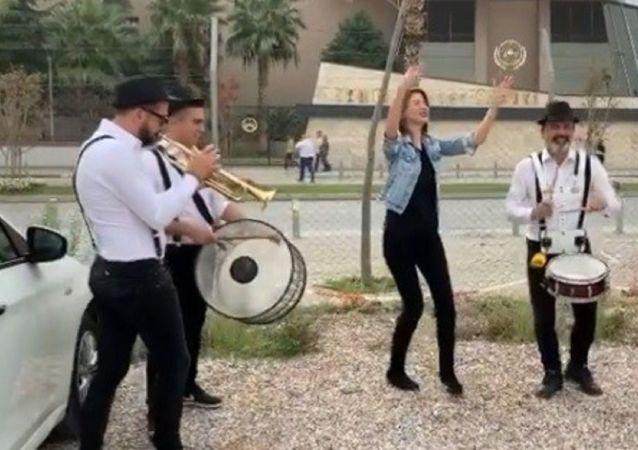 İzmir'de yaşayan ve 3.5 yıldır eşinden boşanmaya çalışan İnci Akbay, boşanmasını adliye önünde Erik Dalı parçasını çalan bando ile kutladı. Akbay'a sosyal medyadan da 'Erik Dalı' parçasıyla destek yağdı.