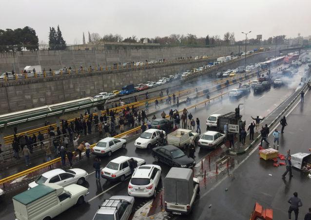 İran'da benzin zammı nedeniyle devam eden protestolardabaşkent Tahran'ın giriş-çıkış yolları göstericiler tarafından trafiğe kapatıldı.
