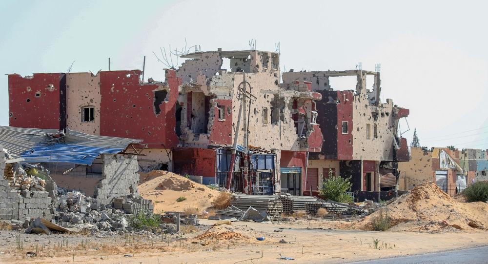 Libya'da çatışmalardan zarar görmüş bir bina
