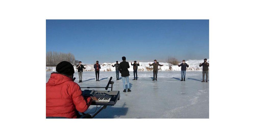 Buz üzerinde sosyal mesafeli halay