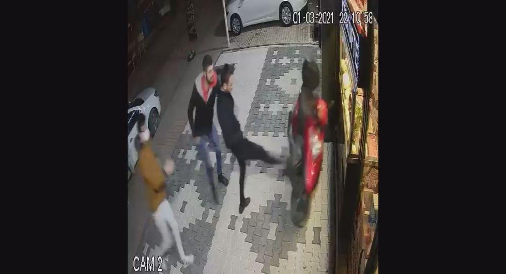 Çiğ köfte 'acılı' olduğu için çalışanın müşteri tarafından darp edildiği dükkana saldırı