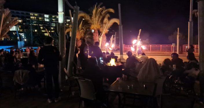 Koronavirüs tedbirlerine rağmen 5 yıldızlı otelde 400 kişilik toplantının ardından parti düzenlediler