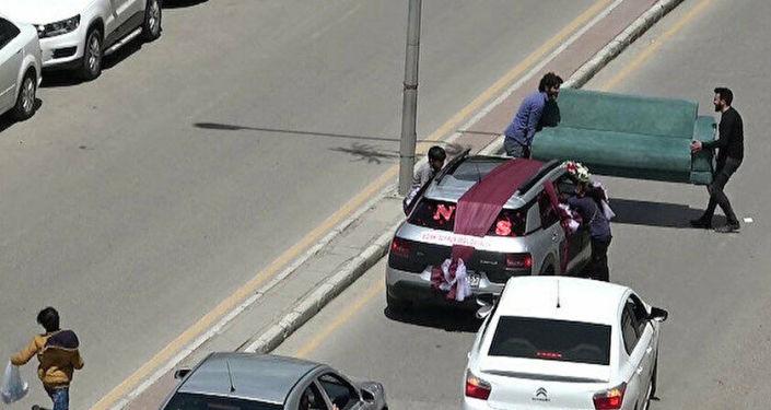 Bahşiş için düğün arabasının önünü çekyat ile kestiler