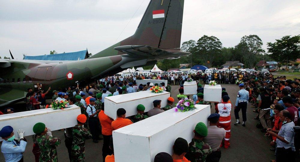 Endonezya'da düşen uçaktan 22 kişinin cansız bedeni çıkarıldı