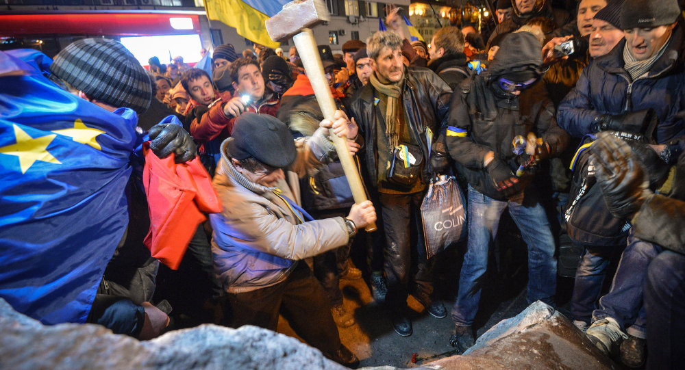 Kiev'de AB yanlıları, Lenin heykeline saldırdı