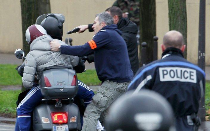 Polis, rehine krizinin yaşandığı Yahudi marketinin yakınına gelmek isteyen gençleri zorla uzaklaştırdı.