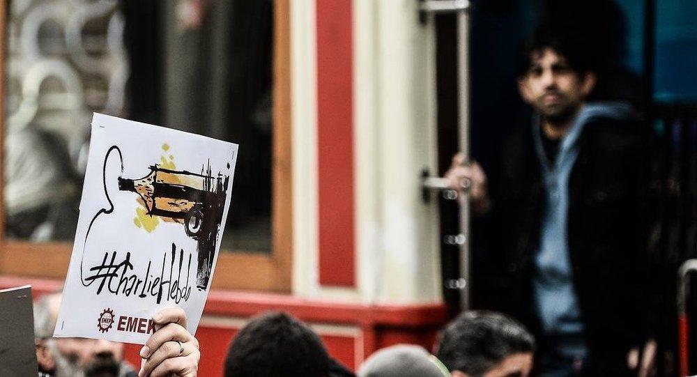 Türkiye'de Paris'e destek yürüyüşleri