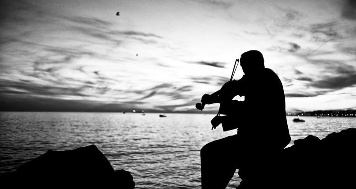 Deniz kenarında kemancı