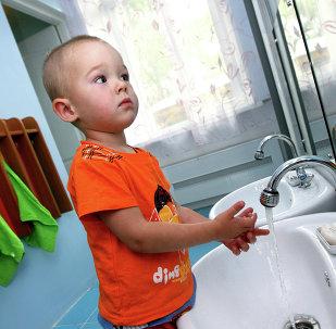 Çocuk elleri yıkıyor