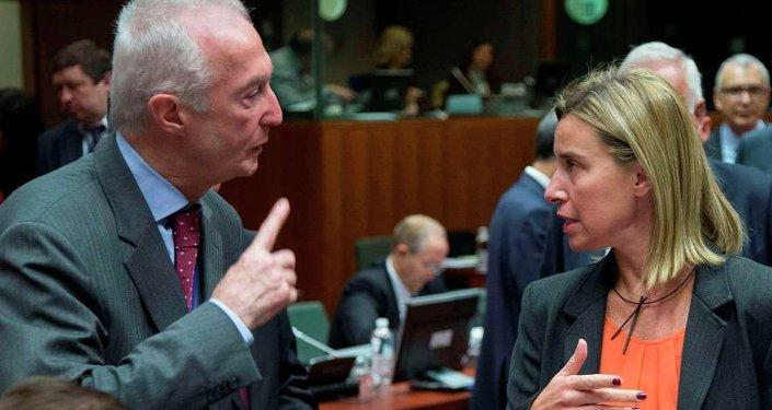 Avrupa Birliği (AB) Terörle Mücadele Koordinatörü Gilles de Kerchove (solda) ile AB Dış İlişkiler Yüksek Temsilcisi Federica Mogherini