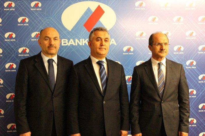 Bank Asya'nın yeni Genel Müdürü Aydın Gündoğdu (ortada), yönetim kurulu üyeleri Mehmet Ali Gökçe ve Bedri Sayın ile Genel Müdürlük'te bir açıklama yaptı.