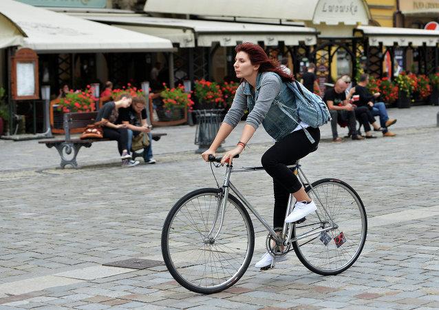 Kız bisiklet  sürüyor
