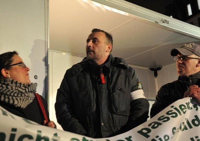 PEGIDA hareketinin kurucusu Lutz Bachmann, hareketten istifası sonrası ilk defa PEGIDA gösterisine katıldı.