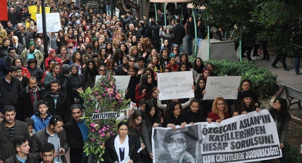 Tarsus'da Özgecan Aslan yürüyüşü
