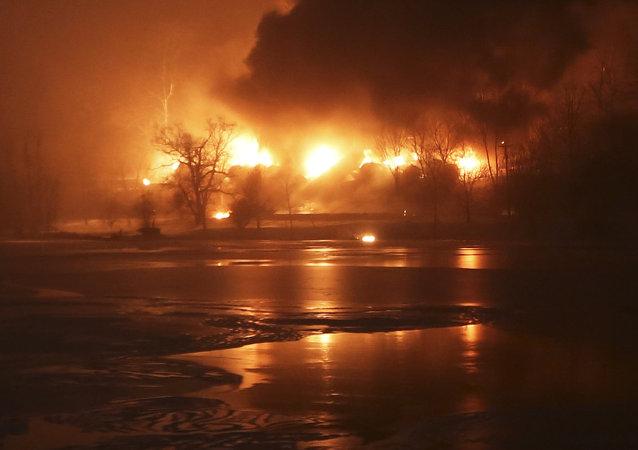 ABD'nin Batı Virginia eyaletinde ham petrol taşıyan yük treninin raydan çıkması sonucu 14 tankerde yangın çıktı.