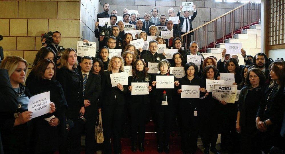 Gazetecilerden TBMM'de kadın cinayetlerine protesto