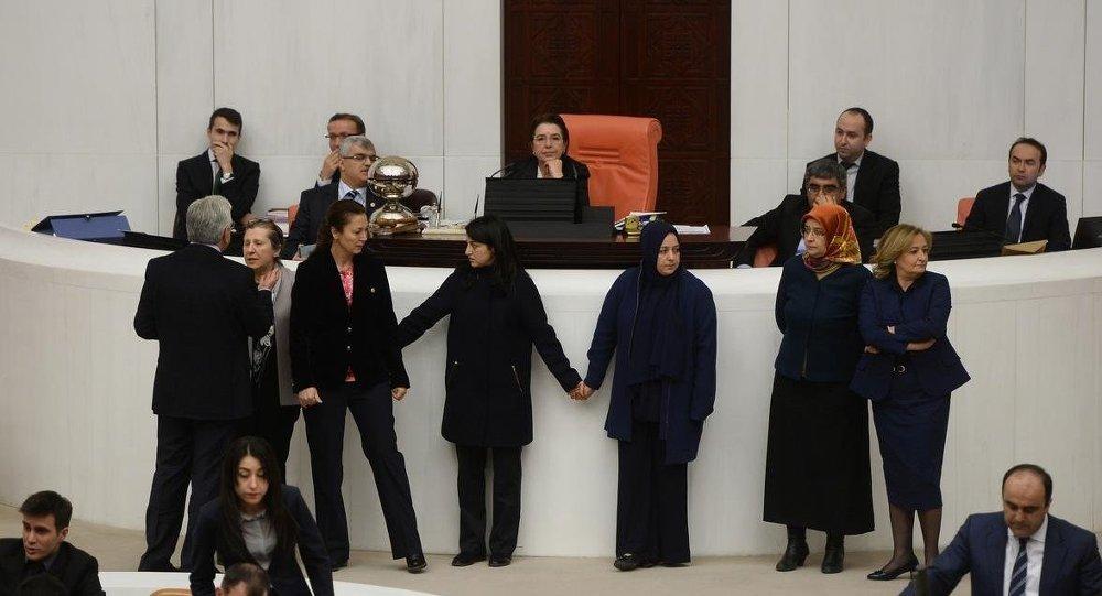 TBMM'de kadın vekiller el ele tutuşarak kavgayı engelledi