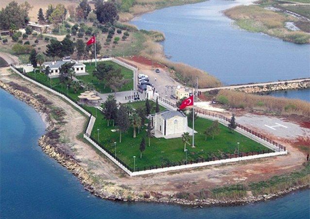 Türkiye'nin sınırları dışındaki tek Türk toprağı olan ve Suriye sınırları içerisinde yer alan Süleyman Şah Türbesi'nin bulunduğu köy geçtiğimiz yıl 13 Mart'ta IŞİD'in eline geçmişti.