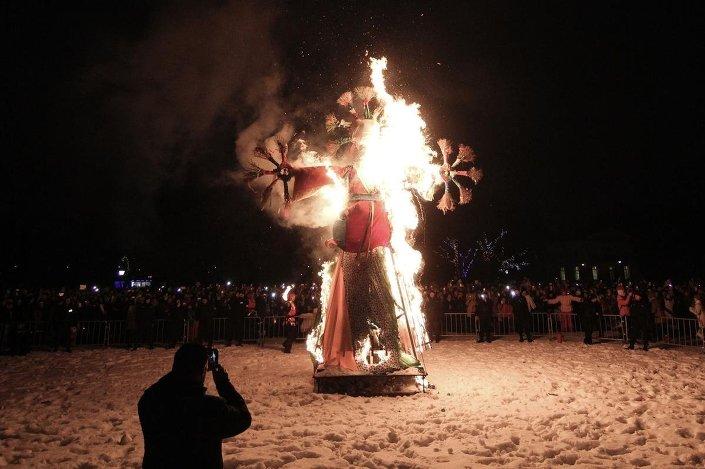 Saint Petersburg'da düzenlenen etkinlik kapsamında, 'Maslenitsa' korkuluğu yakıldı.