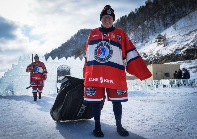 Baykal Gölü'nde düzenlenen 'Ulusal Hokey Ligi (NHL) Alanı Baykal' Festivali'ne katılan 'Gece Hokey Ligi Yıldızları' Takımı kaptanı Vladimir Mışkin