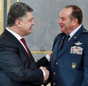 NATO Avrupa Müttefik Kuvvetleri Yüksek Komutanı Amerikalı General Philip Breedlove ve Ukrayna Devlet Başkanı Pyotr Poroşenko