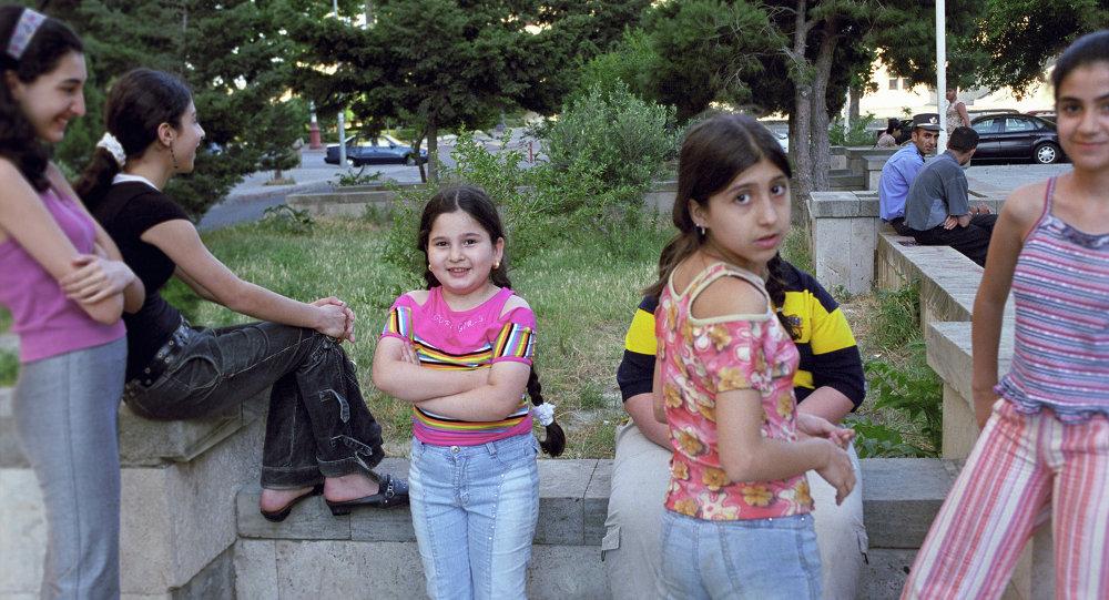 Bakü'de küçük kızlar