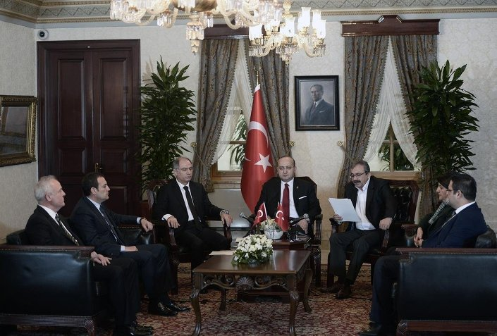 Başbakan Yardımcısı Yalçın Akdoğan ve İçişleri Bakanı Efkan Ala, HDP heyetiyle Dolmabahçe Başbakanlık Ofisi'nde bir araya geldi.