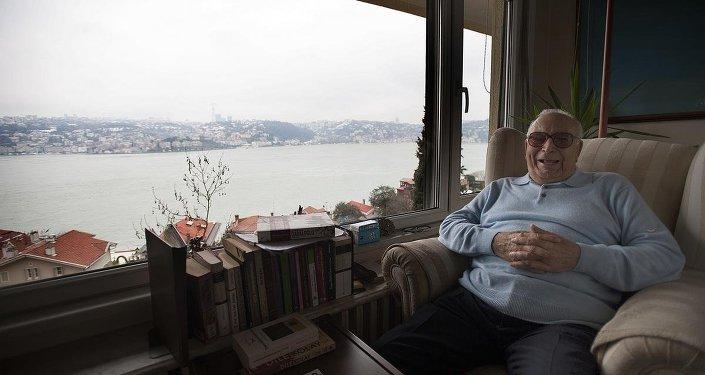 Yaşar Kemal, Üsküdar Çengelköy'deki evinde 20 Ocak 2008'de günlük yaşantısında fotoğraflanmıştı.